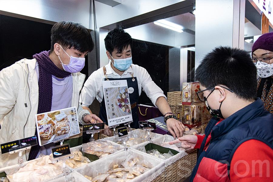 本地小店NEBU向客人推薦自家製傳統手工雪花酥。(陳仲明/大紀元)