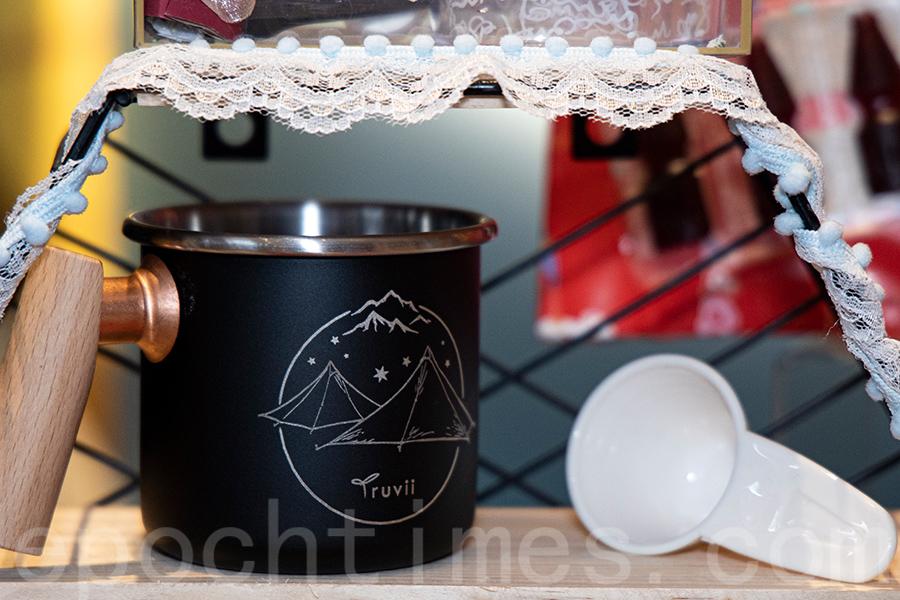 「屋子生活」帶來台灣文創精品木柄琺瑯杯。(陳仲明/大紀元)