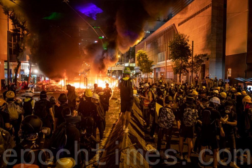 2019年8月31日香港灣仔遊行現場,抗爭者堆放的路障雜物起火。(余鋼/大紀元)