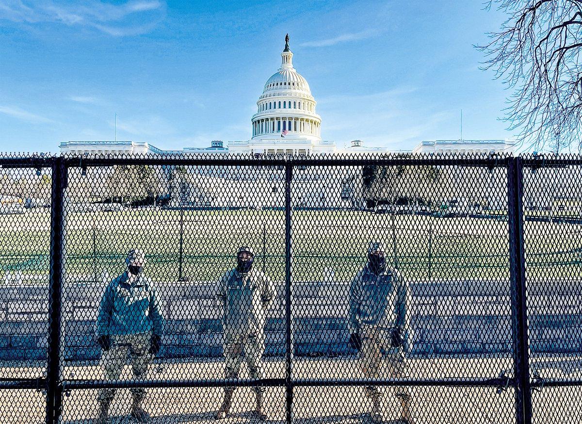 2021年1月9日華盛頓,美國國民警衛隊士兵在國會山外圍的防護網後面守衛。(DANIEL SLIM/AFP via Getty Images)