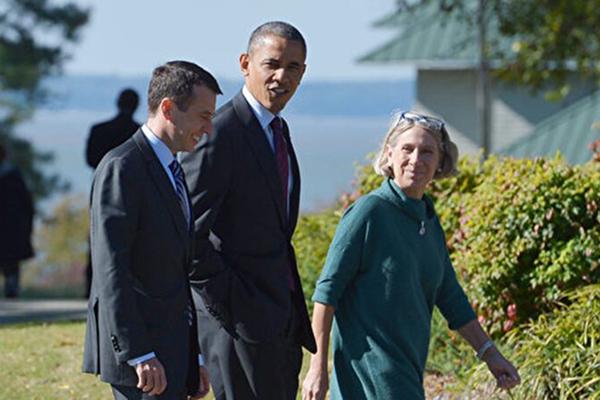拜登任命安妮塔鄧恩(Anita Dunn,右)為總統高級顧問。(MANDEL NGAN/AFP via Getty Images)