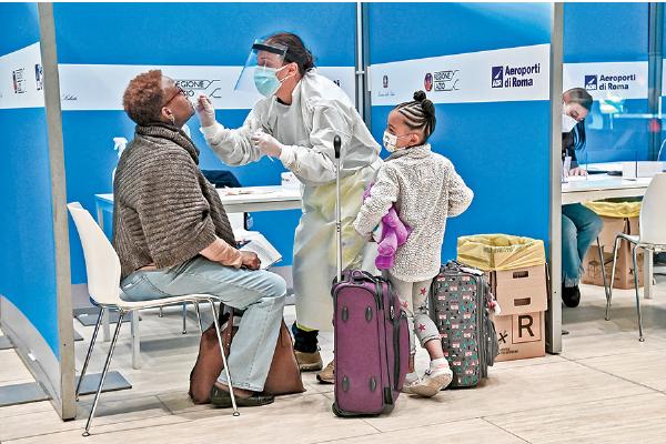 2020年12月9日,來自美國紐約的旅客在意大利羅馬菲烏米奇諾(Fiumicino)機場接受「中共病毒」測試。(Getty Images)