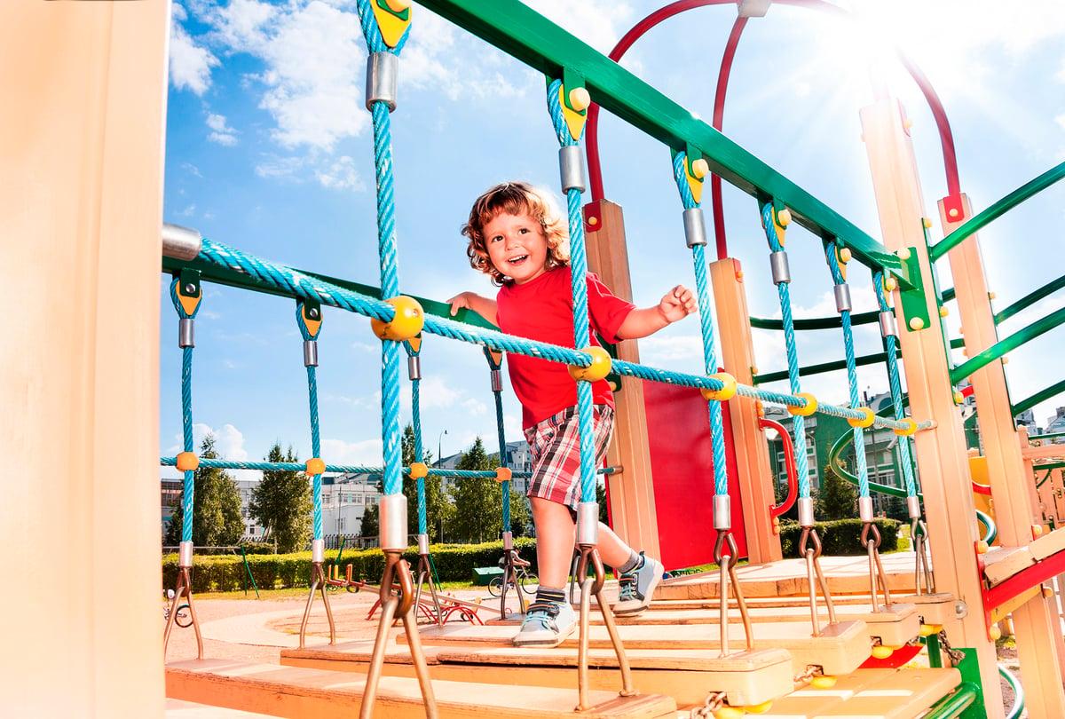帶女兒去公園, 她特別喜歡一處吊橋。