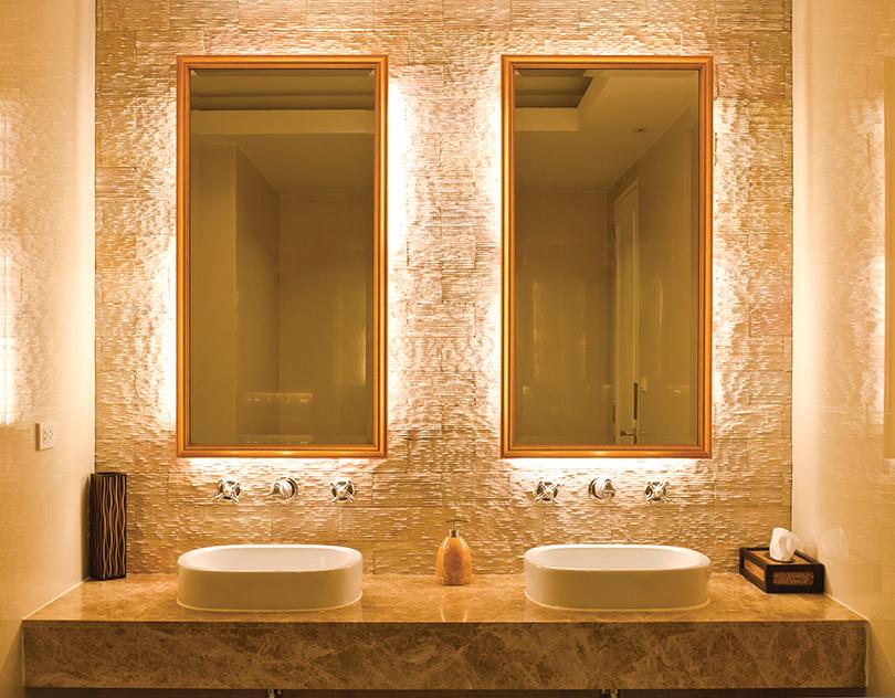 當浴室昏暗沒有光線時,背光鏡還可以充當夜燈。
