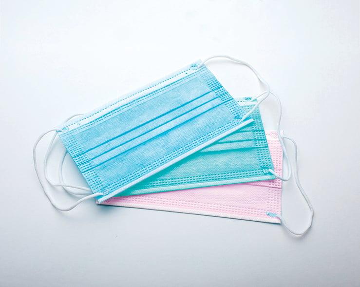 常見的淺藍、淺綠、粉紅等顏色的口罩是使用色母粒著色,挑選這3種顏色的口罩較安全。