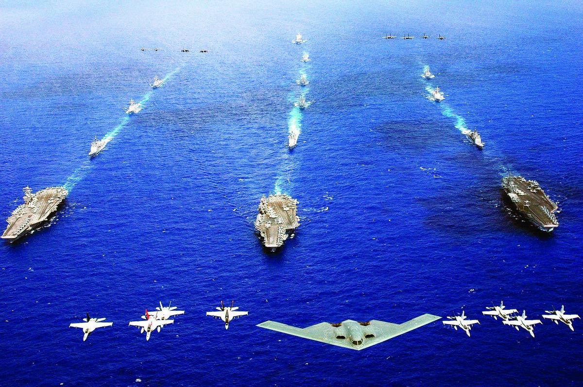 B-2隱形轟炸機在航母艦隊上空飛行。(維基百科)