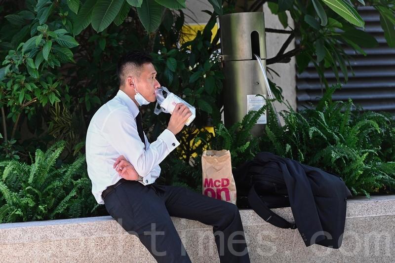 2020年7月29日,在堂食禁令下,上班族在街頭用餐。(大紀元資料圖片)