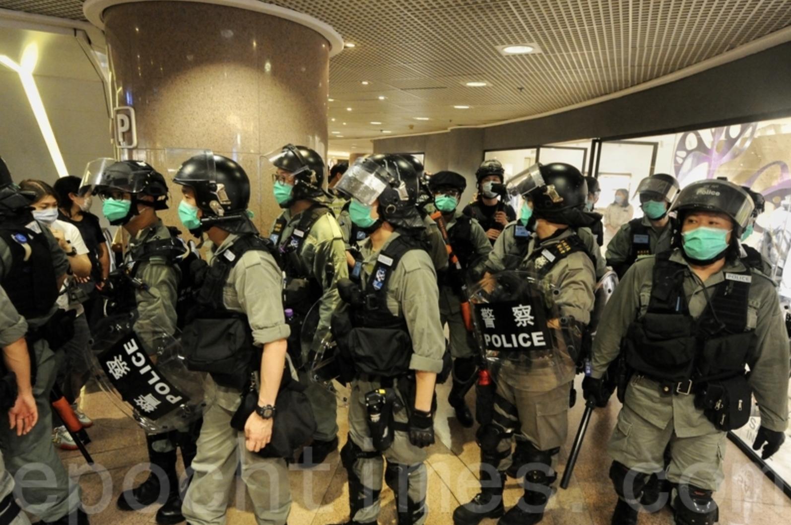 2020年5月10日母親節,有民眾在海港城叫口號,大批防暴警察進入商場,並以限聚令票控市民。(大紀元資料圖片)