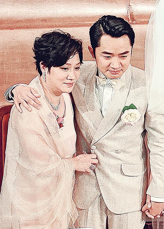 王祖藍與媽媽樣貌極相似。(網絡圖片)