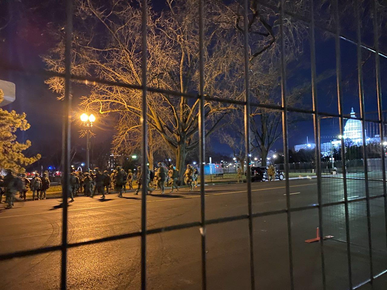 美國華府當地時間2021年1月19日晚八時,警衛隊士兵離開獨立大道。(Terri /大紀元)