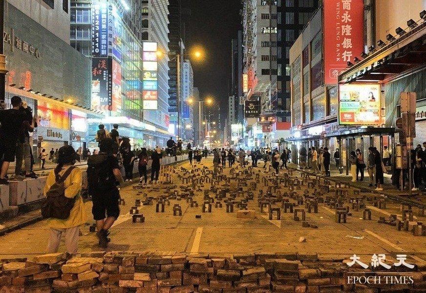2019年「反送中」運動期間,香港抗爭者們創造的「磚陣」路障,獲得今年第13屆比斯利年度設計大獎的最高人氣獎項。圖為位於香港旺角彌敦道的「磚陣」。(大紀元資料圖片)