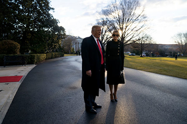 1月20日清晨,特朗普夫婦離開白宮,在南草坪跟媒體和歡迎者道別。(Eric Thayer/Getty Images)