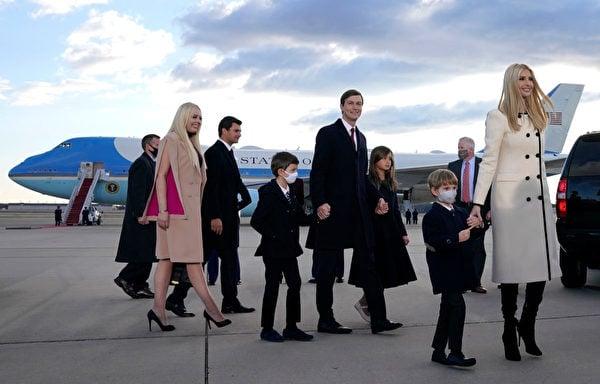 1月20日早上,特朗普的兒孫先來到安德魯斯空軍基地,跟歡送的人們一起等待特朗普夫婦的飛機降臨。 (ALEX EDELMAN/AFP)