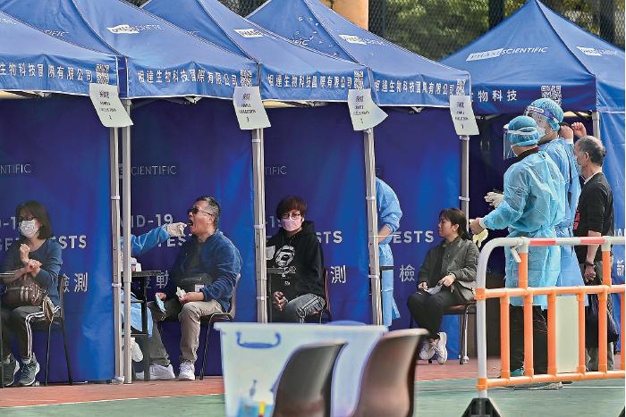 本港新增77宗中共病毒確診個案,有逾60宗初步陽性個案,有4名深水埗居民初步確診。圖為位於深水埗楓樹街遊樂場的流動採樣站。(宋碧龍/大紀元)