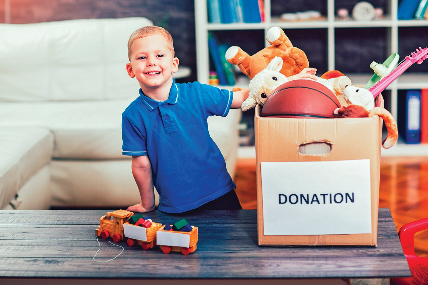 引導孩子挑選玩具捐贈給他人,深具教育意義。