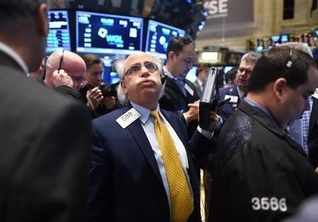 今年全球股市開市不到三周,相繼滑入熊市,始作俑者非油價莫屬。2016年油價持續去年跌勢,美國原油周三跌破每桶30美元,向26美元探底。(TIMOTHY A. CLARY/AFP/Getty Images)