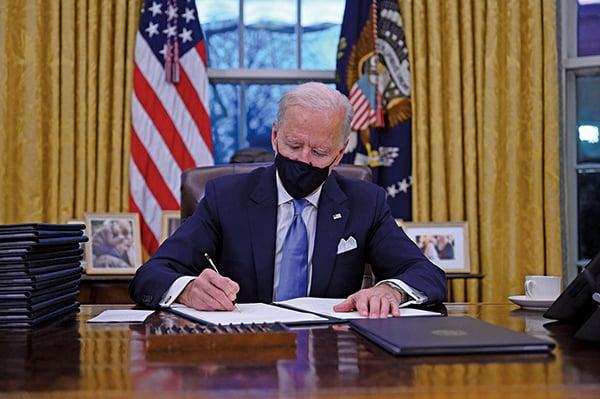 拜登上任首日簽十七項行政令