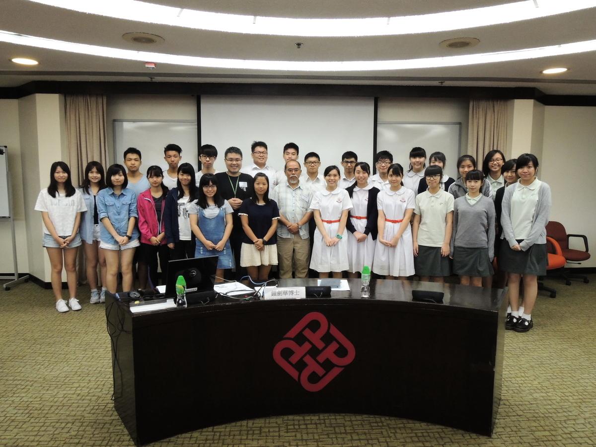 是次研究由約30名參與理大社會政策研究中心舉辦的「中學生民意調查體驗工作坊」的同學,在教授和導師的指導下完成。(理大社會政策研究中心提供)