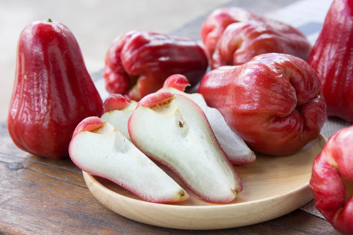 蓮霧屬寒涼性水果,不宜食用過多。(Shutterstock)