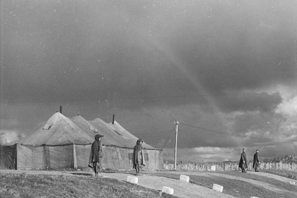 板門店即南、北韓簽署終止韓戰(1950-53)的地點,由北韓和聯合國聯合司令部共同監管。圖為1951年,談判地點。(維基百科公有領域)