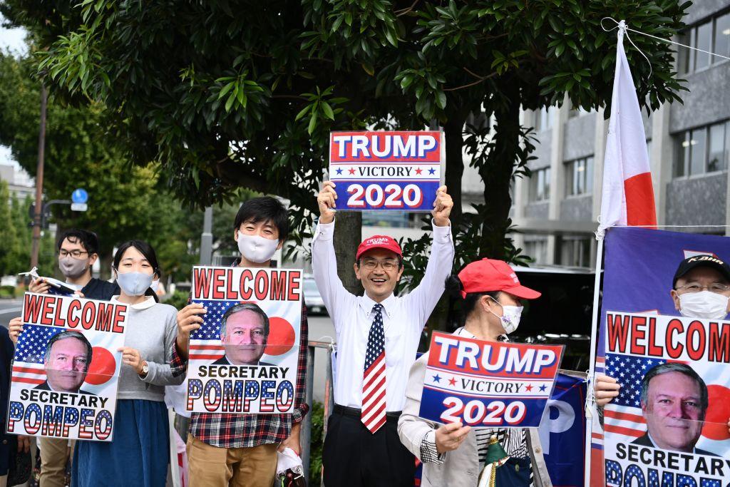 特朗普總統Facebook帳號發神秘網址連結。他曾三次提及「這只是開始」,並說:我們將以某種形式回來。前美國務卿蓬佩奧發推文:1384天。外界猜測是否有意出戰2024年總統大選。圖為兩人的支持者們在日本首相辦公室外。(CHARLY TRIBALLEAU/AFP via Getty Images)