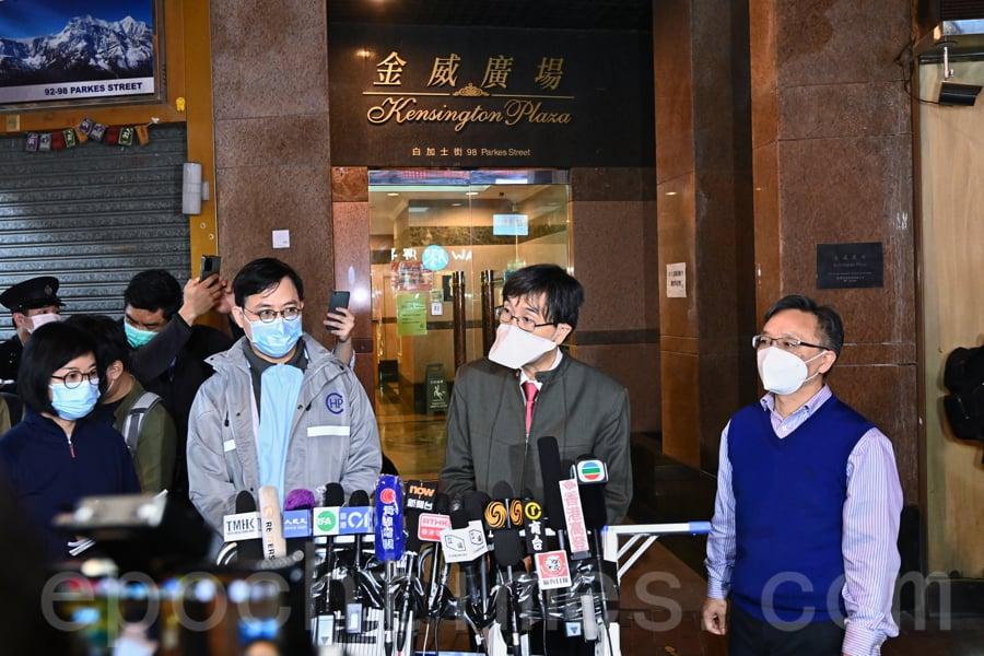 袁國勇22日下午到金威廣場視察環境,他表示大廈喉管可能已經出現「煙囪效應」,建議所有C單位居民撤離至檢疫中心。(宋碧龍/大紀元)