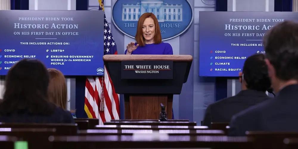 白宮發言人珍妮弗薩奇(Jen Psaki)在1月20日晚7點的拜登政府首次白宮新聞發佈會上。(Chip Somodevilla/Getty Images)