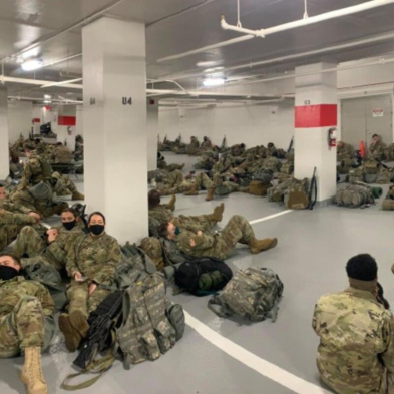 國防警衛隊士兵在瑟古德馬歇爾司法中心(Thurgood Marshall Judicial Center)停車庫裏。一些士兵說:「我們覺得被出賣了。不可置信。」(網絡圖片)