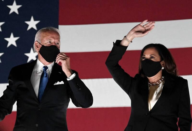 有英國媒體指出,近六成美國人認為拜登(左)難以完成4年總統任期,競選搭檔賀錦麗(右)是極左派的「特洛伊木馬」。(法新社資料照)