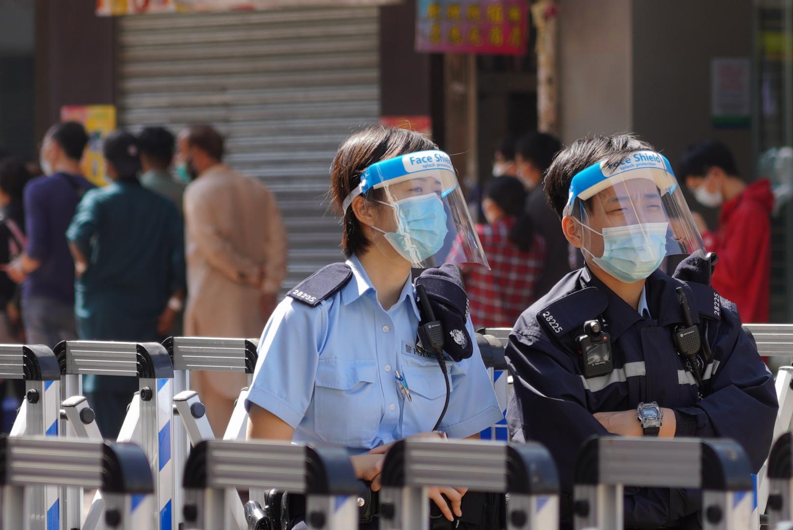 有警員在強制檢測區域駐守。(余鋼/大紀元)