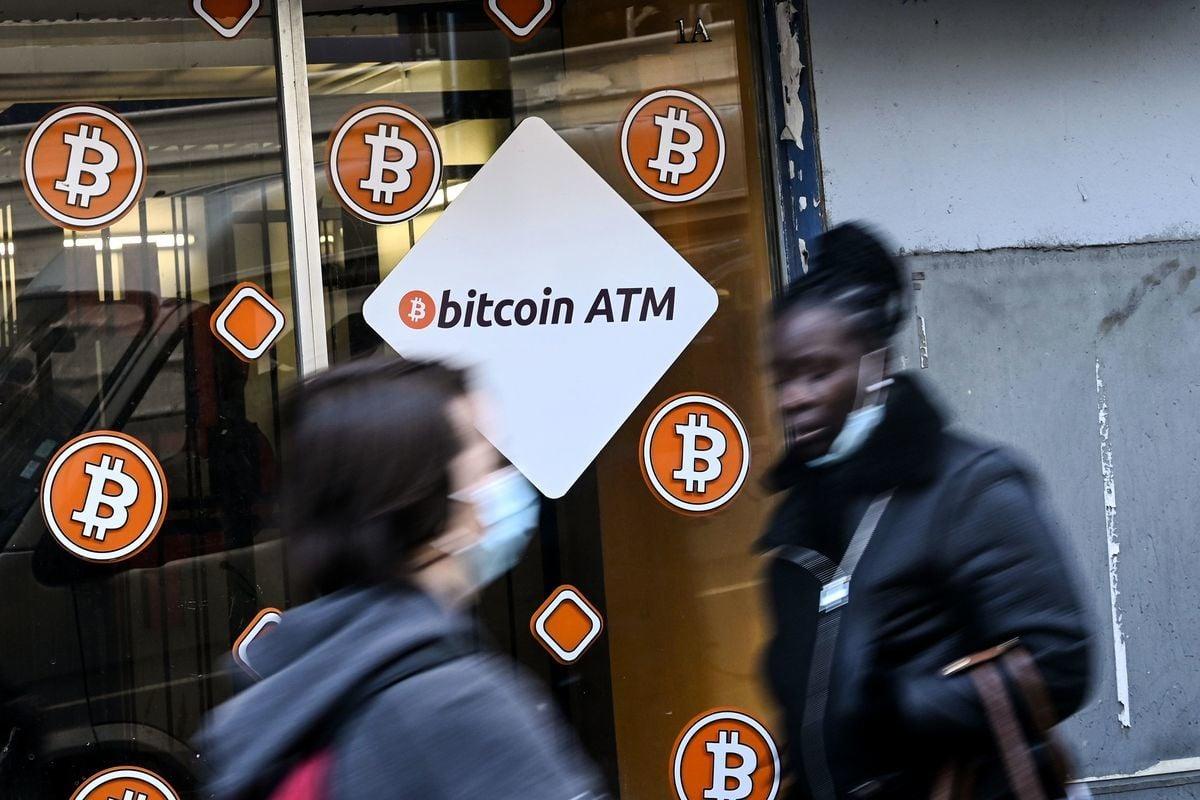 比特幣兩周內急跌約10,000美元,信託GBTC在投資者趕著離場的壓力下,溢價40%一下子收縮至2.8%。(NICOLAS TUCAT/AFP via Getty Images)