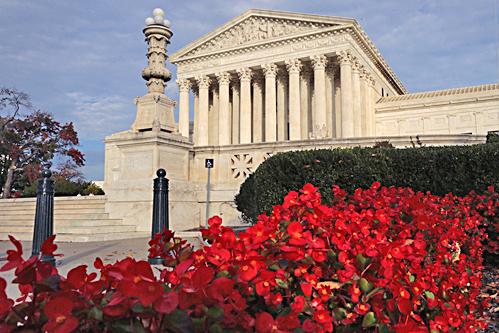 美國最高法院19日決定將奧巴馬移民改革行政命令列入今年審理的法案,這表示最高法院有可能做出支持本項行政命令的裁決。(AFP)