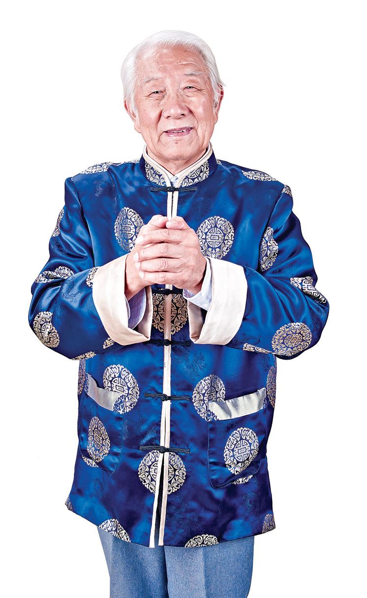 唐裝將滿族旗人服裝的立領、對襟、盤扣、刺綉、團龍等元素注入現代服裝設計中。