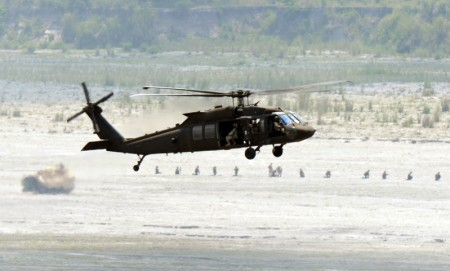 美軍UH-60黑鷹直升機。(TED ALJIBE/AFP/Getty Images)