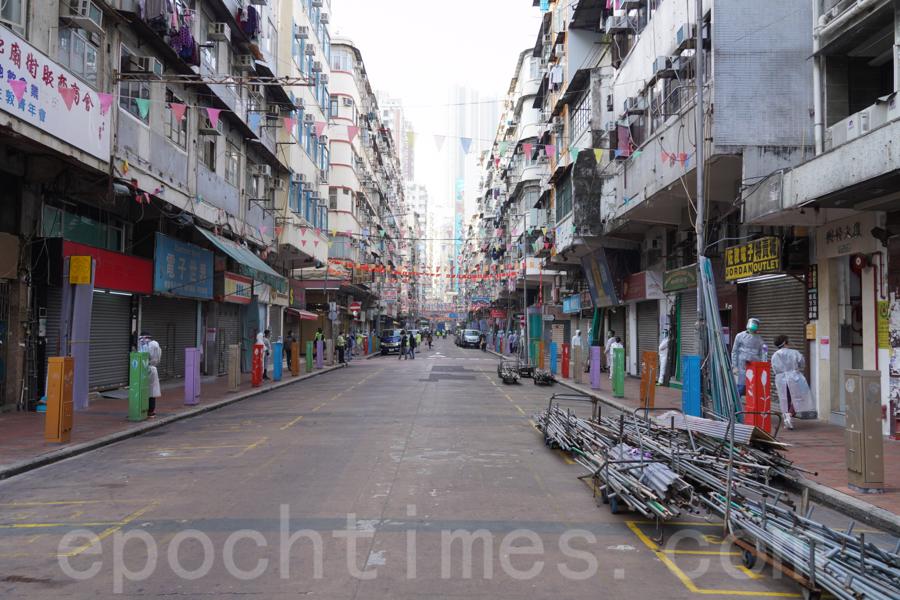 1月25日,佐敦「受限區域」逐步解封。食肆及商舖林立的佐敦鬧市區,周末突遭香港第一次大規模的「封區」行動,變得蕭條冷清。(余鋼/大紀元)