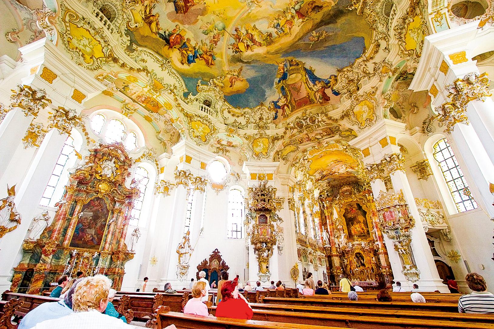 位於德國的維斯教堂(Wieskirche)內部景觀,建築裝潢採用了典型的洛可可風格。(pipimaru/Wikimedia Commons提供)