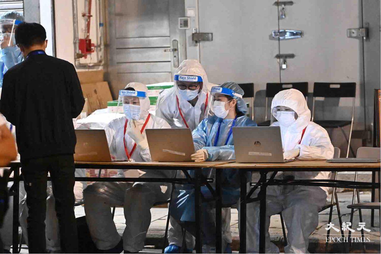 防疫人員在油麻地東安街,準備進一步的區域檢測。(宋碧龍/大紀元)