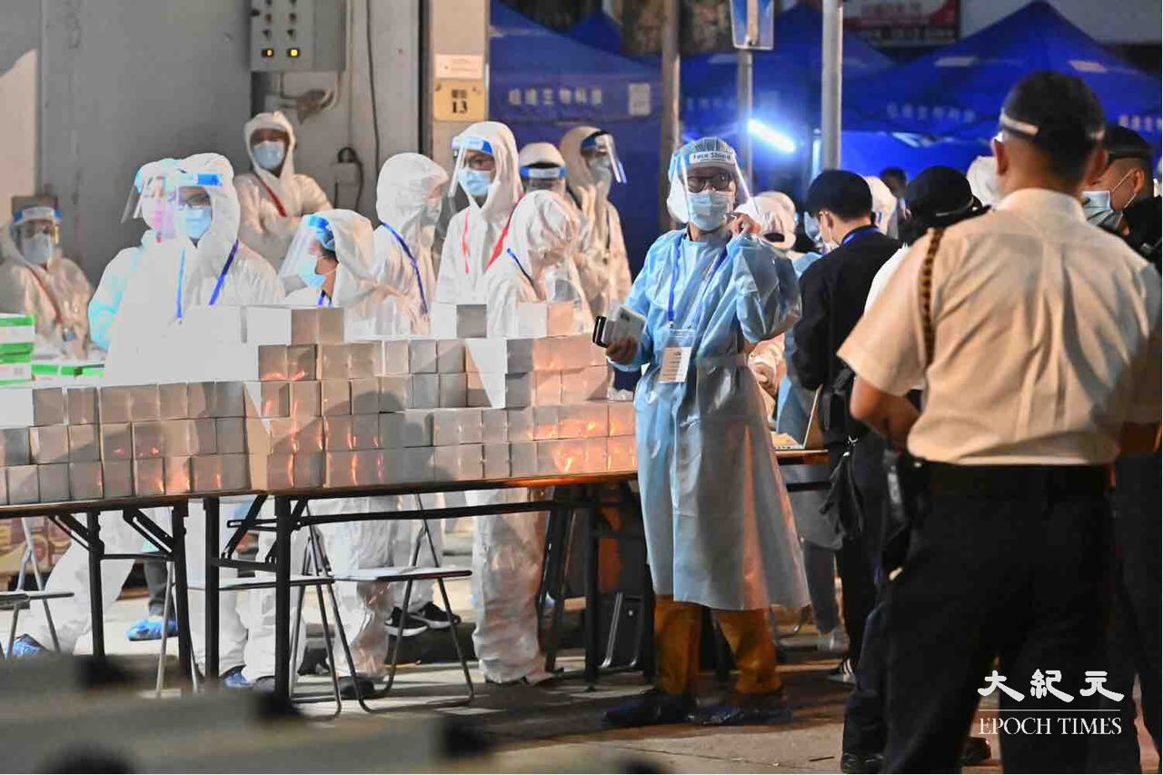 1月26日大量的防疫人員在油麻地東安街整理物資和搭棚架。(宋碧龍/大紀元)
