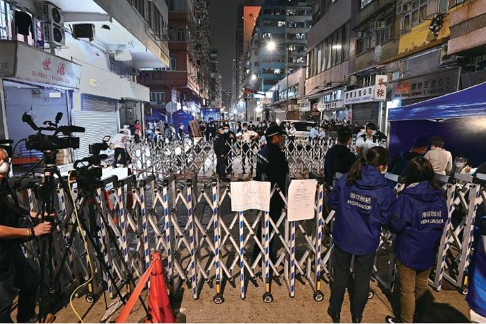 政府昨晚7時突然刊憲,將油麻地碧街9-27號和東安街3號列為「受限區域」,要求區域內人士接受強制檢疫。(宋碧龍/大紀元)