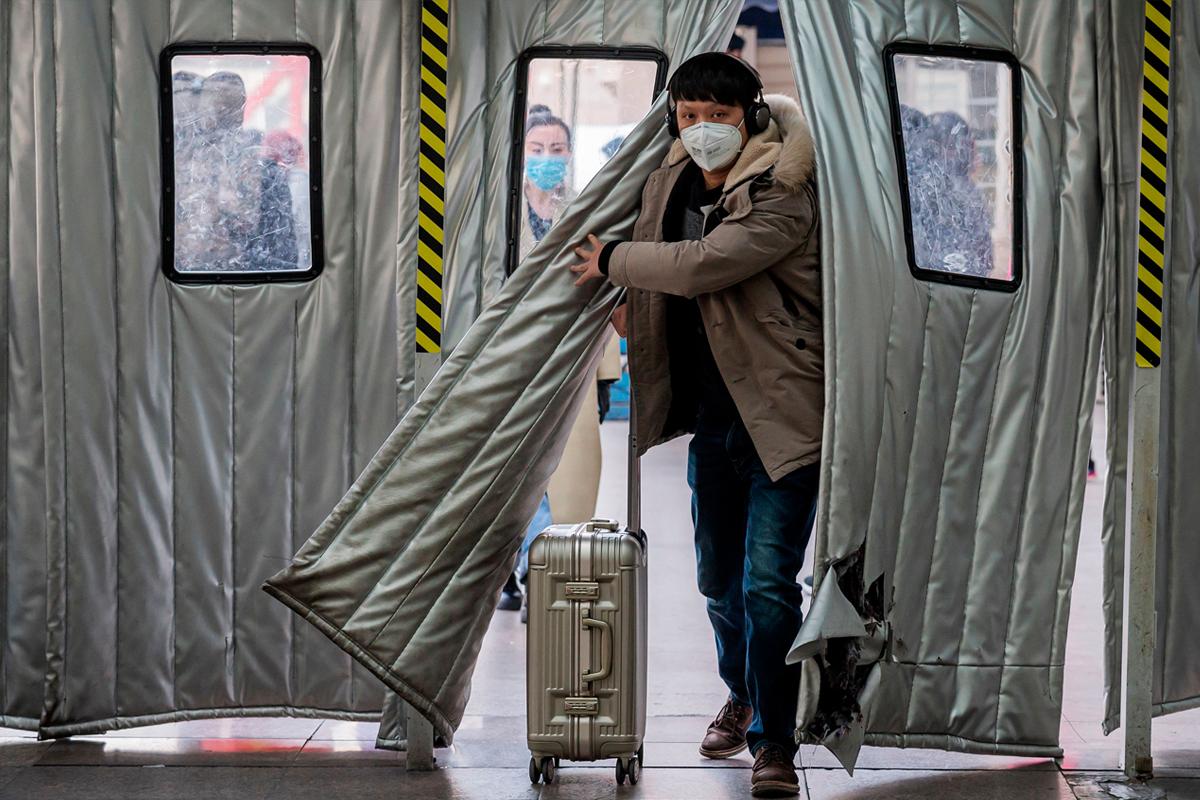 嚴苛防疫返鄉受阻,撕裂華人新年。(大紀元製圖)