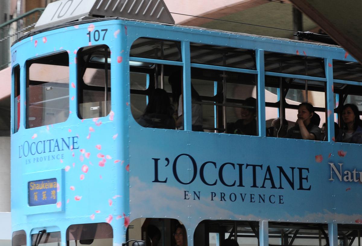 昨日(1月26日)L'Occitane公佈業績,財年9個月網上渠道佔總銷售淨額高達38%。圖為L'Occitane於香港電車上的廣告。(ANTONY DICKSON/AFP via Getty Images)