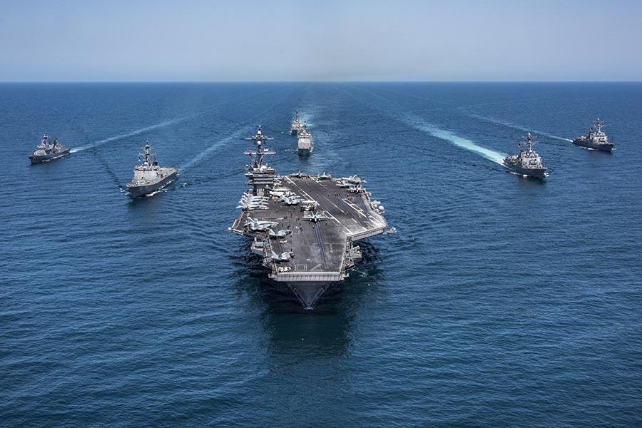 1月23日至26日中共軍機罕見連續密集侵入台灣ADIZ。同時美軍西奧多‧羅斯福號航母打擊群進入南中國海執行任務。圖為美軍航母戰鬥群示意圖。(Z.A. Landers/U.S. Navy via Getty Images)