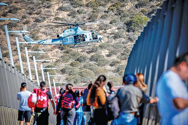 2018年11月25日,一架美國軍用直升機在美墨邊境上空執勤,監控非法移民入境。(AFP)