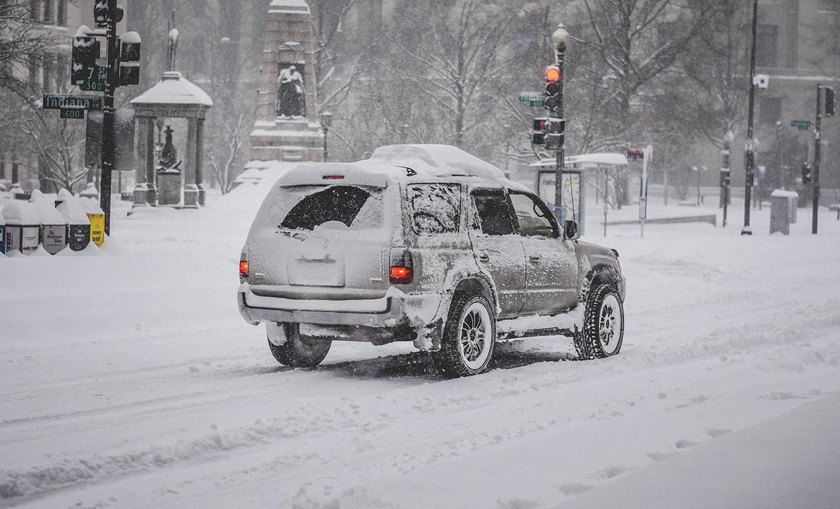在雪地裏行駛的汽車。(Pixabay)