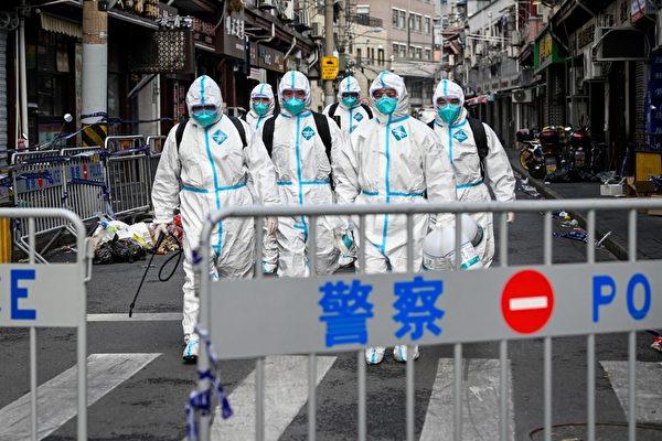 澳洲智囊盤點全球抗疫表現,大陸榜上無名。圖為1月27日在上海黃浦區的封鎖區域裏,身穿防護服的衛生人員在該區域工作。(STR/AFP via Getty Images)