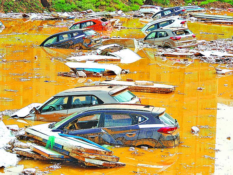【圖片新聞】西寧強降雨百輛新車被淹