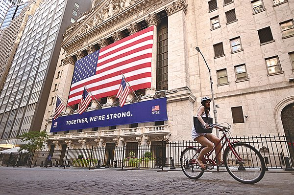 2020年7月13日,在紐約市的華爾街。(JOHANNES EISELE/AFP via Getty Images)