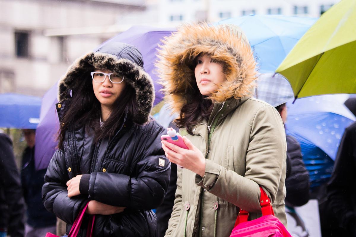 寒流來襲時的保暖衣物要能防風寒。(陳柏州/大紀元)