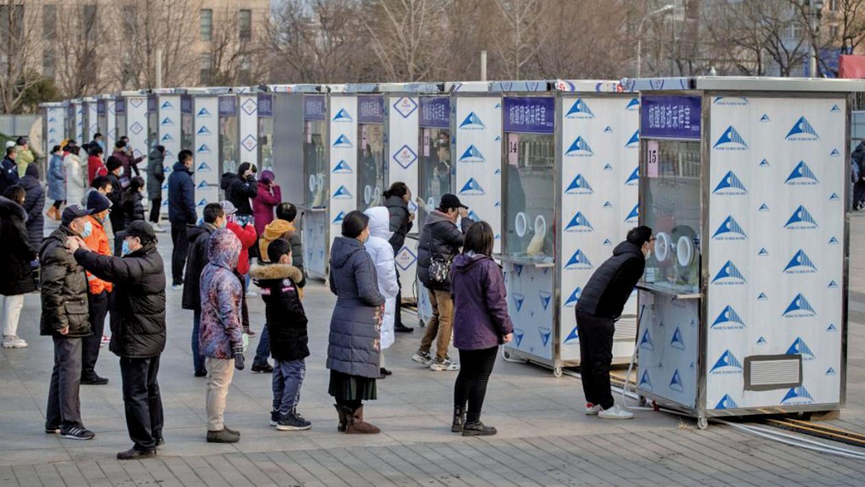 2021年1月23日,北京市民正在排隊等候接受中共肺炎(COVID-19)病毒核酸檢測。(NOEL CELIS/AFP via Getty Images)