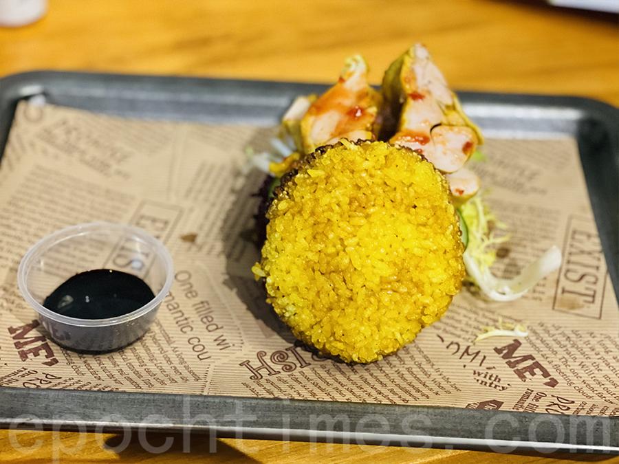 類似漢堡包的表層是米堡,顏色是海南雞飯的油飯,但是口感香脆,又不會散開,很是特別。(Siu Shan提供)